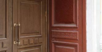 Причинили благоустройство. Жители Большого проспекта воюют за исторические двери