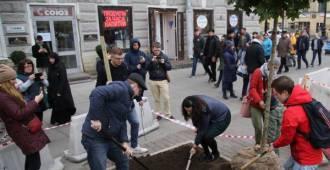 Посадить дерево и не сойти с ума. Почему появление трех клёнов у Московского вокзала стало событием года для петербургских активистов